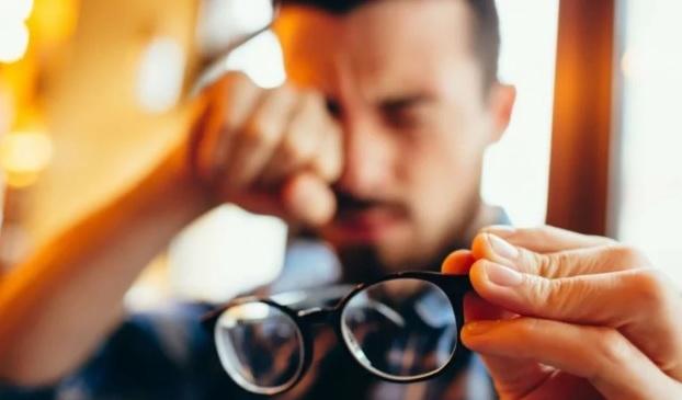 coçar os olhos - Coçar os olhos: uma prática nada inofensiva