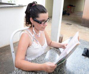 aluna cega 300x249 - Campanha de doação OrCam: aluna cega ganha o seu