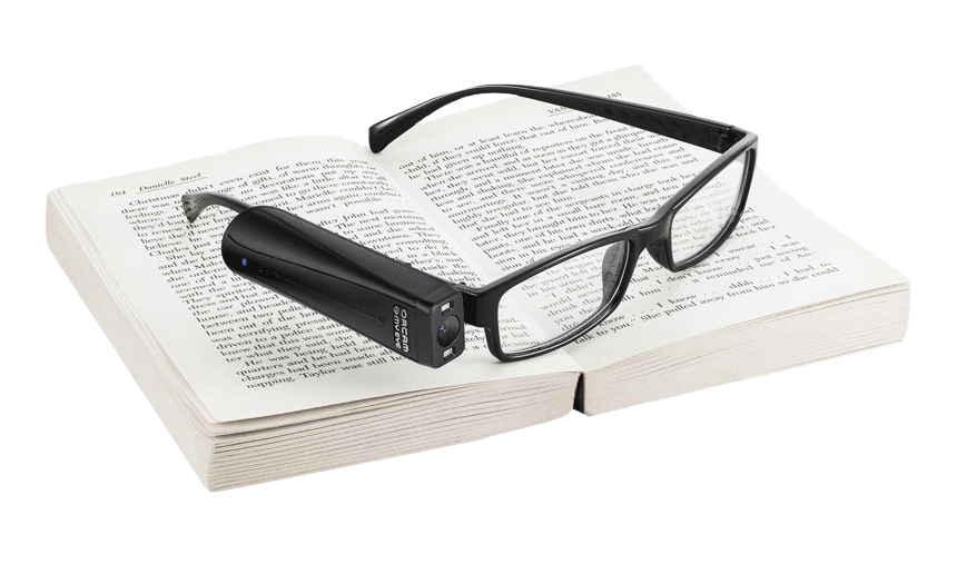 Foto de um OrCam MyEye 2. acoplado à um óculos sobre um livro - dispositivo vendido pela Mais Autonomia