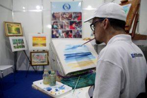 Stand da associação Pintores Com a Boca e os Pés, na segunda edição da feira Cidade PcD, que teve seu encerramento neste domingo, no Centro
